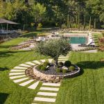 Jardin contemporain avec arbres, pelouse, pavés et piscine