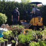 Ouvriers mettant en place un aménagement paysager dans une cour