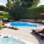 Aménagement de cour arrière avec piscine et spa