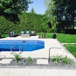 Aménagement paysager autour de la piscine et espace de vie