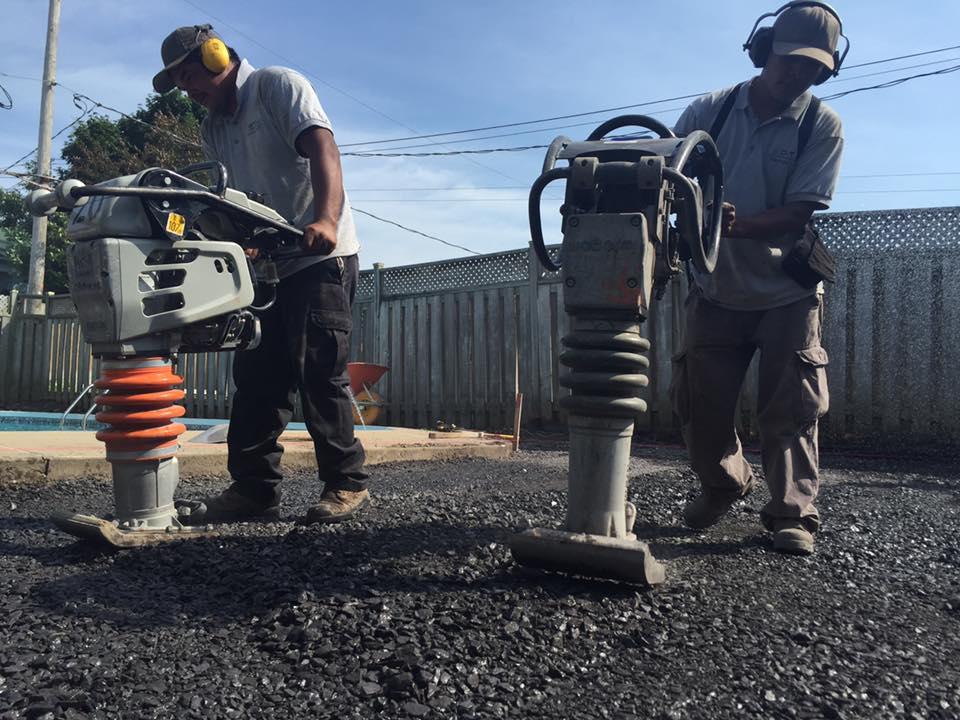 Deux travailleurs effectuant de l'excavation