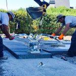Ouvriers posant des dalles pour un aménagement paysager