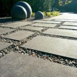 Gros plan de dallage et de pierres sphériques