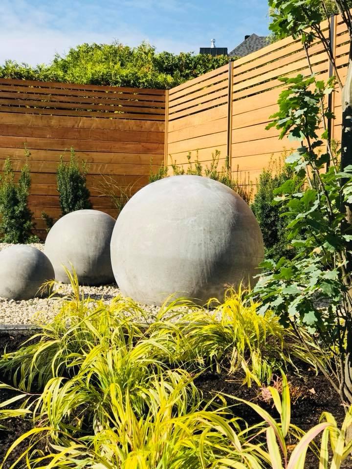 Pierres sphériques géantes dans une cour arrière