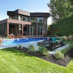Cour arrière avec aménagement de piscine et coin foyer