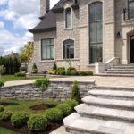Aménagement avant de maison avec escalier et arbustes