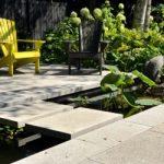 Dallage avec plantes et chaises