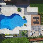 Cour arrière aménagée avec piscine creusée vue à vol d'oiseau