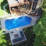 Aménagement d'une cour avec piscine et espace foyer