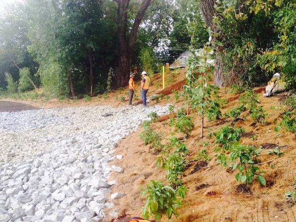 Ouvriers revitalisant une bordure de rivière