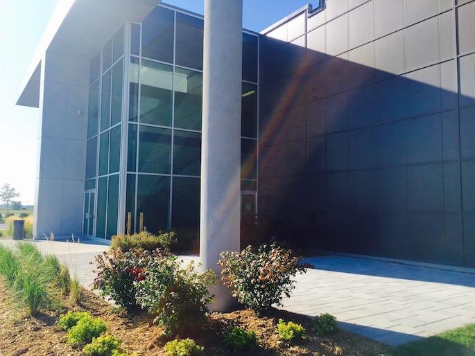 Aménagement paysager d'un bâtiment commercial vitré