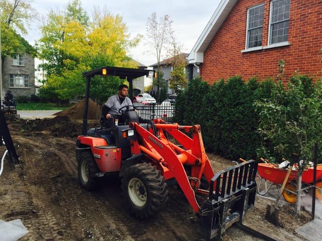 Ouvrier dans un tracteur lors d'une excavation