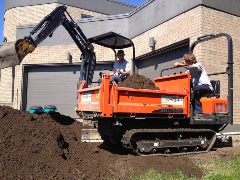 Camion et ouvriers effectuant de l'excavation