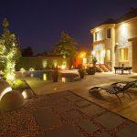 Aménagement d'une cour arrière de nuit avec éclairage paysager