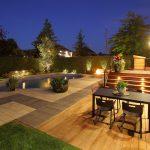 Aménagement d'un coin repas dans une cour de nuit avec éclairage paysager