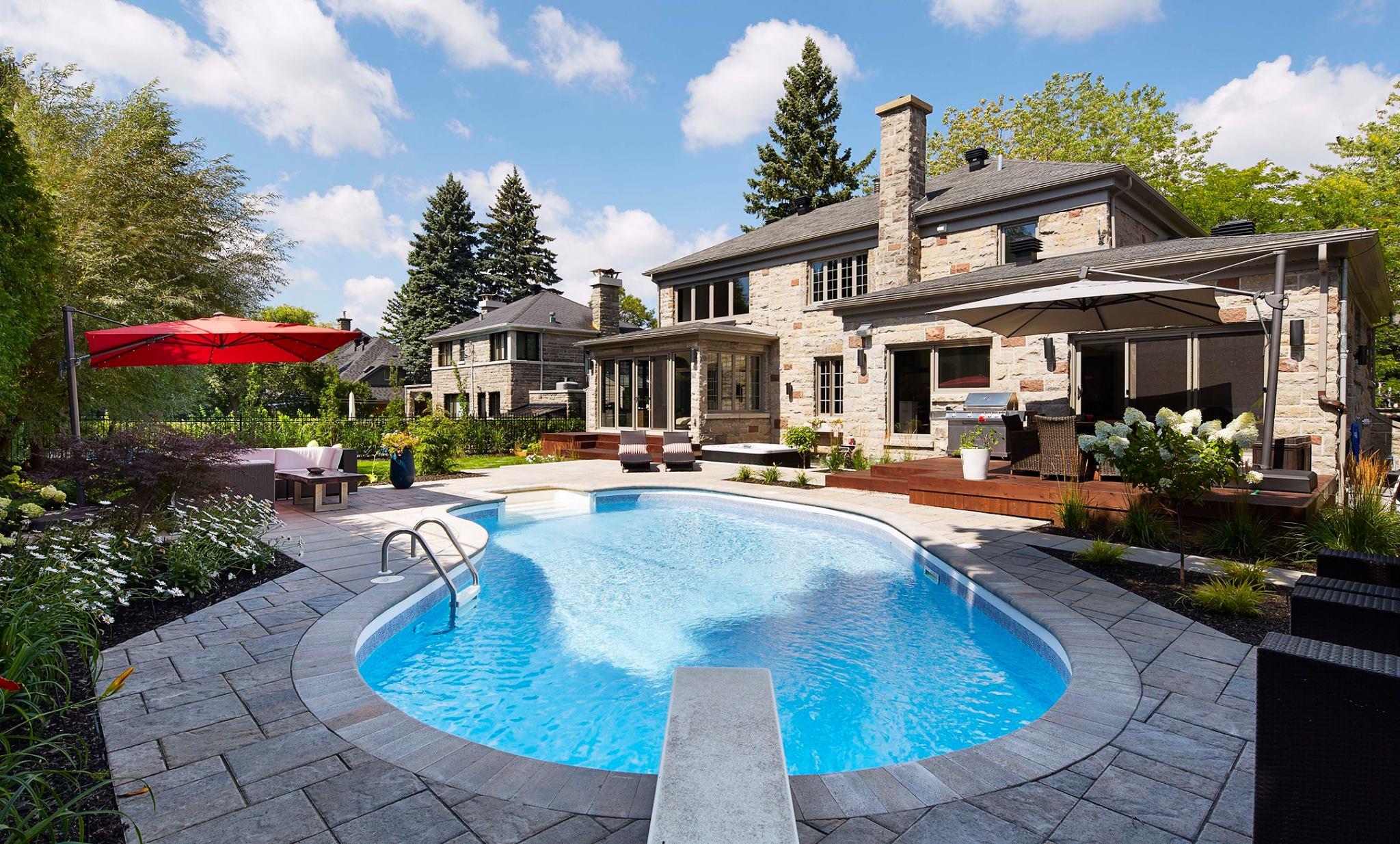 Aménagement extérieur d'un cour avec piscine et coin repas