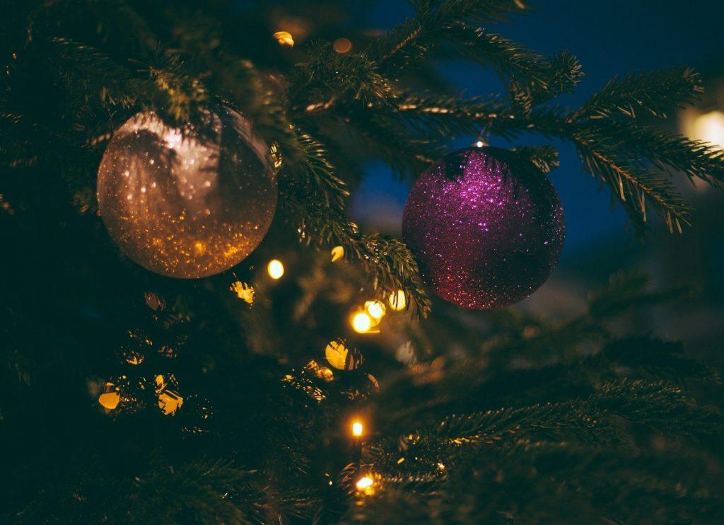 Boules de Noël sur une brance de sapin.