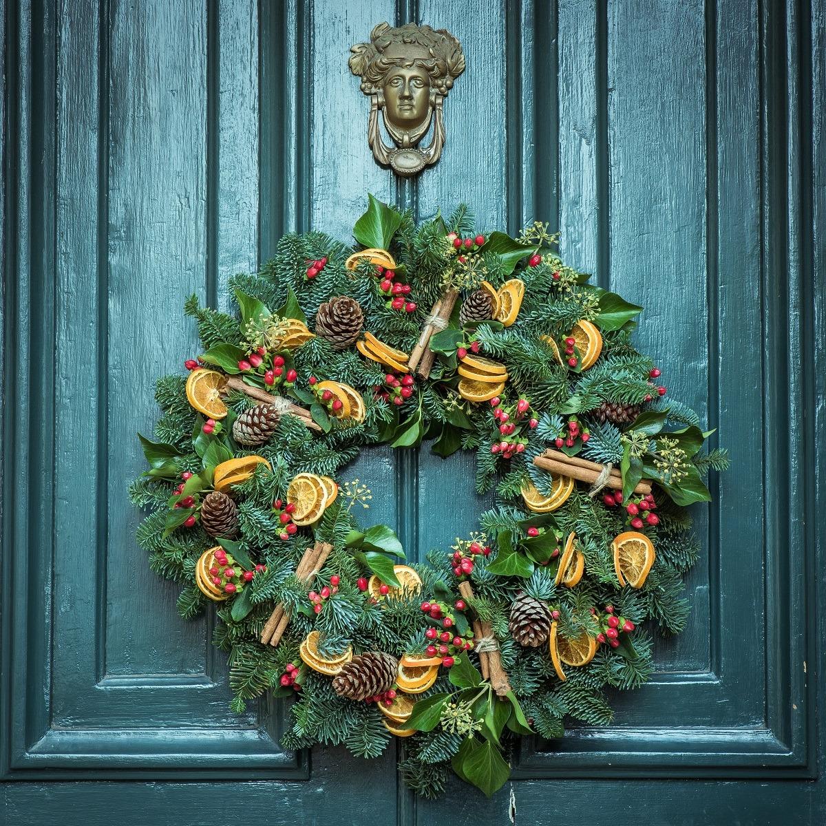 Couronne de Noël sur une porte bleue.