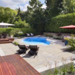 Cour arrière avec piscine, spa et coin détente