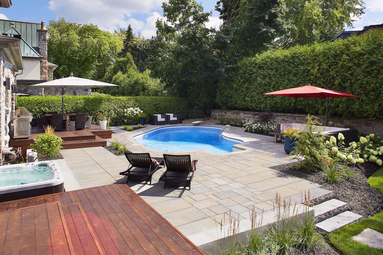 Aménagement d'une cour arrière avec piscine, spa, terrasse et espace repas