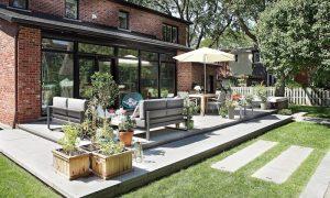 Aménagement d'une terrasse arrière en pavé avec zones repas et relaxation