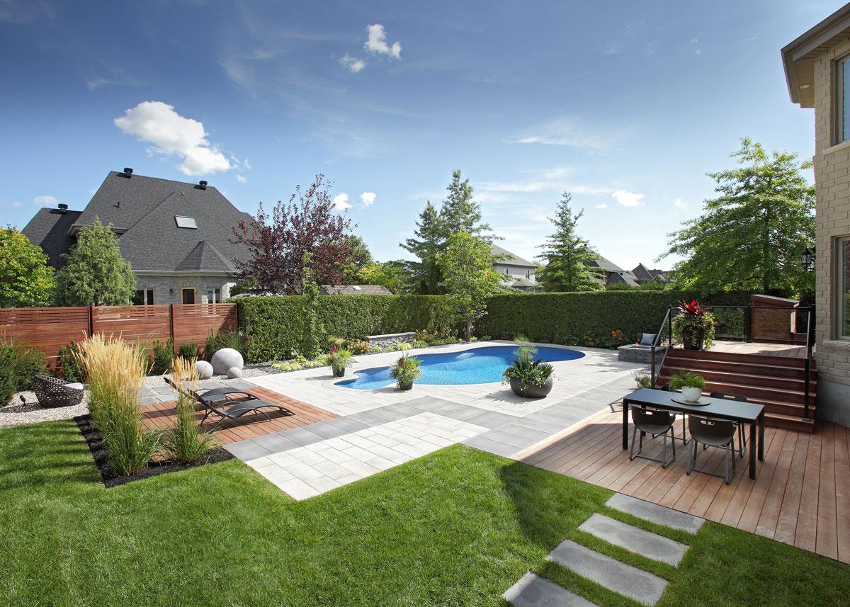 Aménagement paysager avec piscine, coin repas et espace relaxation