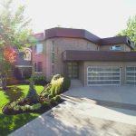 Aménagement paysager et allée en pavé devant une maison moderne