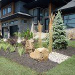 Aménagement paysager à l'avant d'une maison