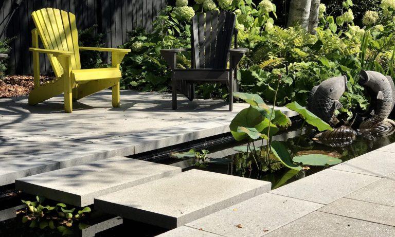 Aménagement de pavé de style oriental, avec fleurs et chaises
