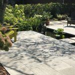 Aménagement paysager de style oriental avec bassins et végétaux