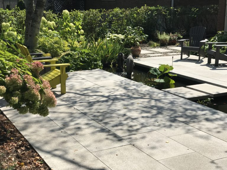 Aménagement de cour de style oriental et zen, avec pavé et zone d'eau