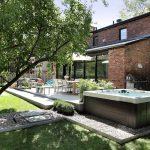 Aménagement d'un spa extérieur avec terrasse