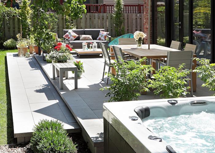 Spa avec vue sur la terrasse attenante à la maison