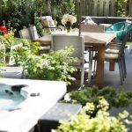 Table à manger extérieure sur une terrasse