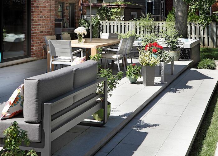 Terrasse avec espace pour manger et sofa
