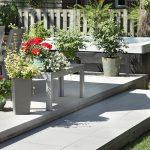 Terrasse avec fleurs et plantes en pots