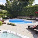 Aménagement de cour arrière avec spa et piscine creusée