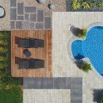 Chaises longues à côté d'une piscine creusée vues à vol d'oiseau