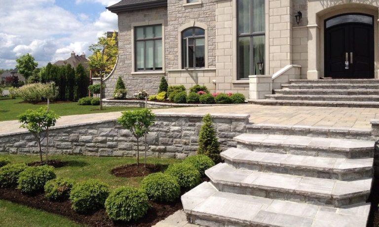 Plates-bandes aménagées au devant d'une maison, avec escalier de pierres