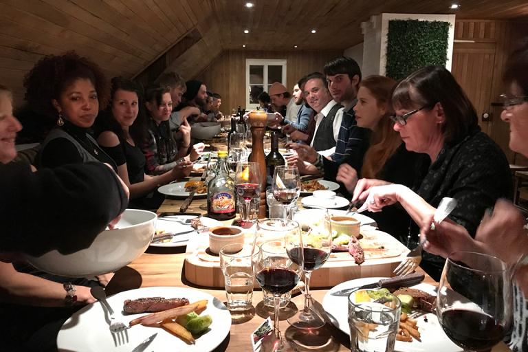 L'équipe de G.T.L. Paysagiste autour d'une table en train de souper
