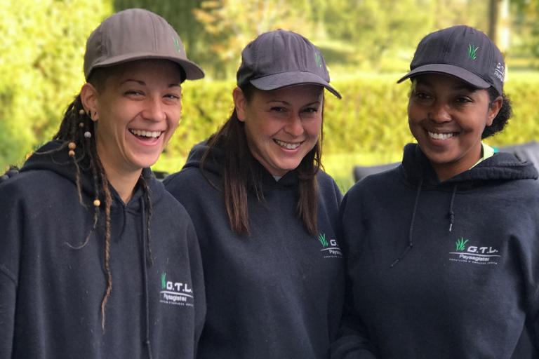 Équipe de trois horticultrices de G.T.L. Paysagiste