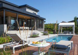 Aménagement extérieur d'une piscine avec espaces détente