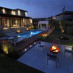 Aménagement d'une cour avec espace foyer et piscine creusée