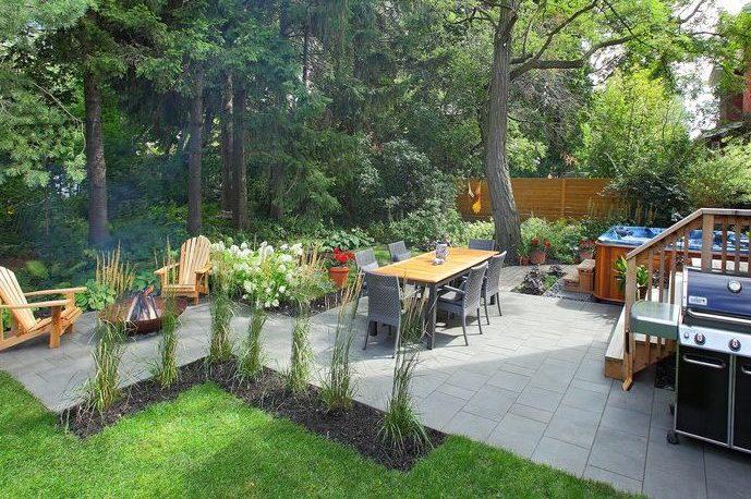 Aménagement de cour avec foyer, espace repas et spa