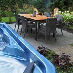 Table à manger extérieure attenante à un spa