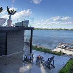 Aménagement paysager d'une cour avec béton et vue sur le fleuve