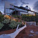 Aménagement paysager d'un jardi nen pente avec escalier en pierre